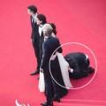 Làng sao - Sao Hollywood bị fan cuồng chui vào váy