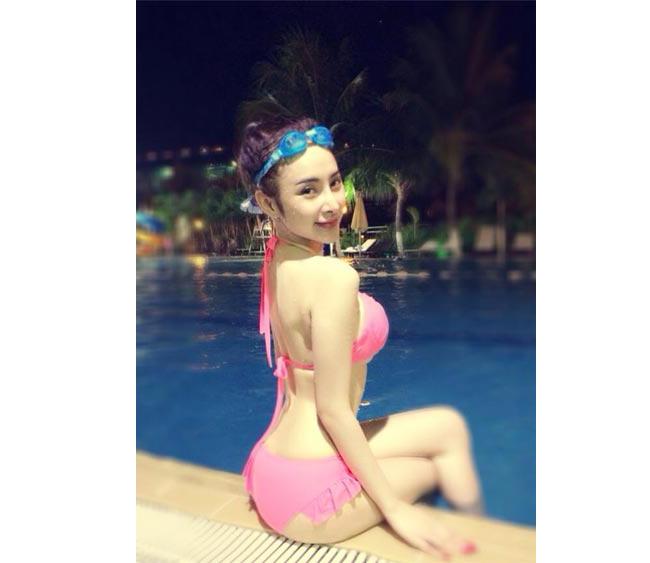 Angela Phương Trinh khoe đường cong gợi cảm trong bộ bikini màu hồng rất dễ thương.