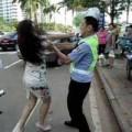 Tin tức - TQ: Cô gái đánh cảnh sát giao thông giữa phố