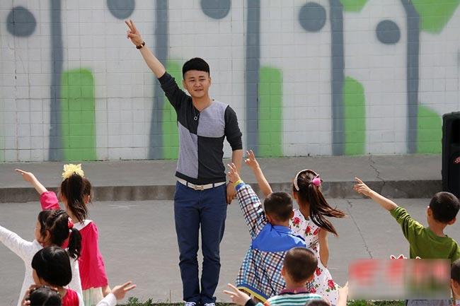 Bảo mẫu mầm non, giáo viên trông trẻ luôn là những nghề nghiệp được cả xã hội mặc định là chỉ dành riêng cho nữ giới. Chính vì vậy, khi một người đàn ông ở Trung Quốc lấy đây làm sự nghiệp, họ thường bị chế giễu và coi thường. Thế nhưng không ai biết được, những nam bảo mẫu này cũng thực sự là một người vô cùng yêu thương trẻ nhỏ và tâm huyết với nghề.
