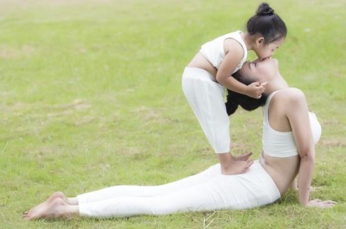 tra ngoc hang sexy tap yoga cung chau gai - 13