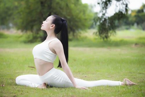 tra ngoc hang sexy tap yoga cung chau gai - 7