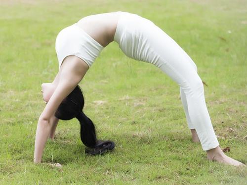 tra ngoc hang sexy tap yoga cung chau gai - 9