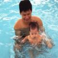 Làm mẹ - Chồng đòi cho con 8 tháng đi bơi