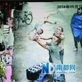 Tin tức - Thót tim pha đỡ gọn bé hai tuổi rơi từ tầng 2