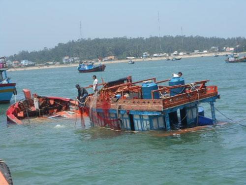 Tàu cá Lý Sơn bị tàu lạ đâm chìm, 2 ngư dân gặp nạn-1