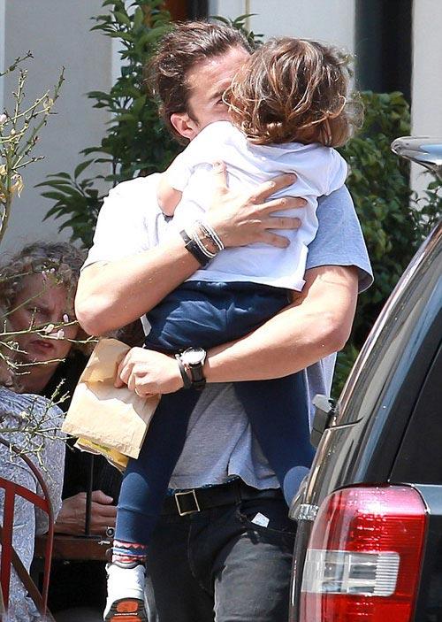 Nhóc Flynn đáng yêu khi mặc áo bố - 6