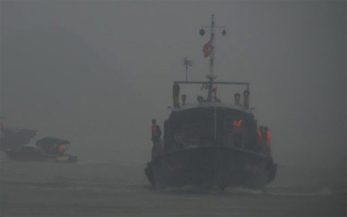 Đưa thi thể ngư dân bị tàu lạ đâm tử nạn vào đất liền-1