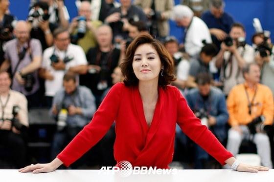 """""""Mẹ Kim Tan"""" sexy với áo xuyên thấu-6"""
