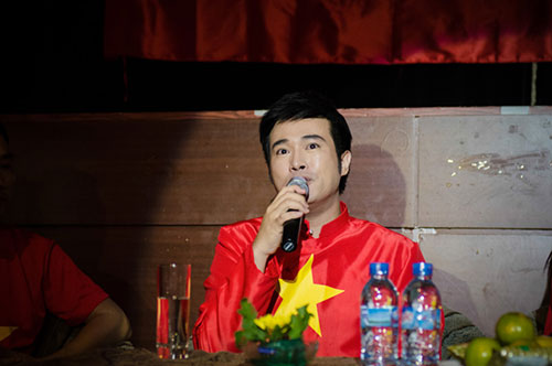 hon 300 nghe sy viet tu hao hat quoc ca - 1