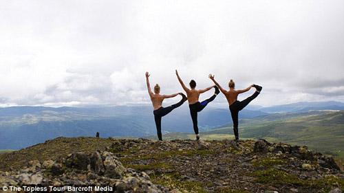 Ba cô gái ngực trần chu du khắp thế giới-1