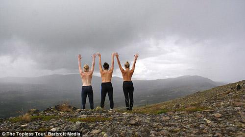 Ba cô gái ngực trần chu du khắp thế giới-10