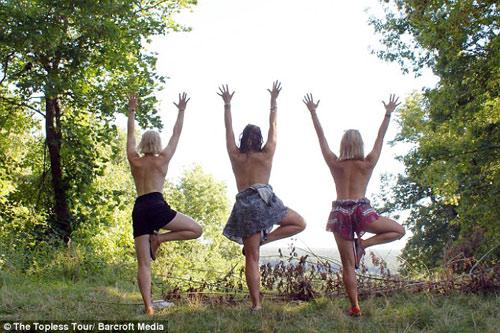 Ba cô gái ngực trần chu du khắp thế giới-6