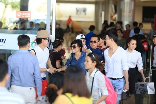 """phuong thanh, nathan lee, quynh anh gay """"nao loan"""" san bay - 4"""