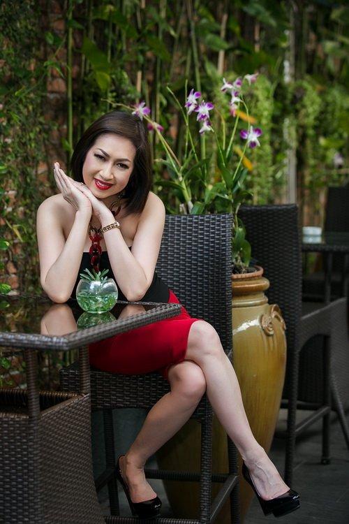 """Vẻ đẹp Ý Lan tuổi 60 khiến """"hoa ghen thua thắm""""-6"""