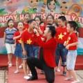 Minh Quân nhí nhảnh hát cùng các em nhỏ