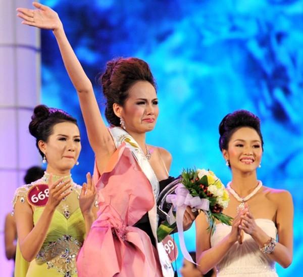 6 scandal tai tieng cua hoa hau diem huong - 1