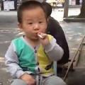 Làm mẹ - Bé 2 tuổi hút thuốc, người lớn cổ vũ