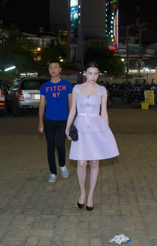 tra ngoc hang khong ngai nhat rac tren duong - 4
