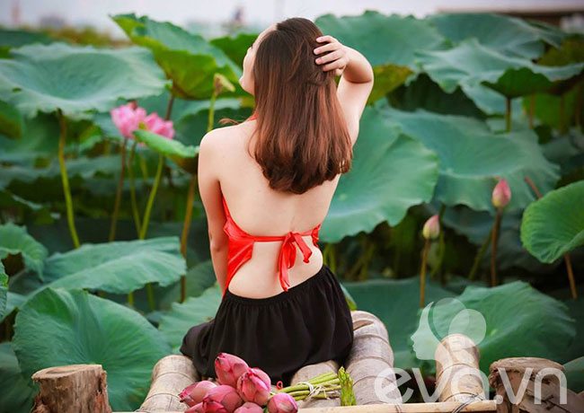 Cứ mỗi độ tháng 6 về, khu vực Hồ Tây lại trở nên nhộn nhịp hơn hẳn nhờ những đầm sen hồng thơm ngát, mang đến một cảnh sắc thiên nhiên rất thơ mộng giữa lòng Hà Nội nhộn nhịp. Đây cũng là thời điểm các thiếu nữ tìm đến Hồ Tây nhiều hơn để thực hiện những bộ ảnh lưu giữa khoảnh khắc đẹp với sen và yếm đào.