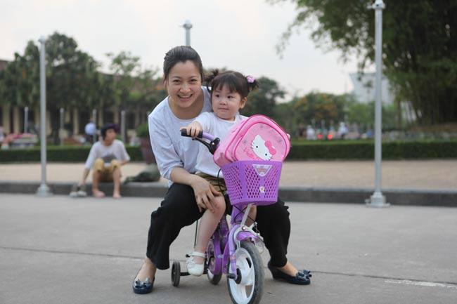 Sinh năm1980, quê Tuyên Quang, diễn viên Thu Nga được nhiều người nhớ tới với vai diễn trong bộ phim truyền hình từng gây sốt màn ảnh nhỏ - Phía trước là bầu trời. Hiện nay, cô đã là mẹ của một bé gái vô cùng đáng yêu.