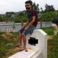 Tin tức - Phản cảm nam thanh niên ngồi lên nóc mộ chụp ảnh