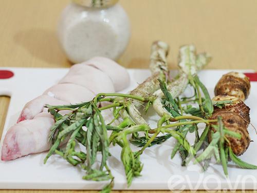 Canh móng giò nấu khoai sọ rau rút - 1