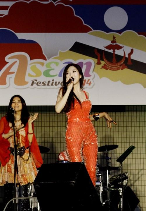 "trang phap sexy tai ""asean music festival"" o nhat - 1"