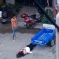 Tin tức - Bức xúc clip chồng đánh vợ tàn bạo giữa phố
