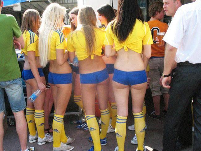 Các nữ cổ động viên đội Ukrainian khiến đám đông xôn xao bởi cách ăn mặc rất táo bạo và mát mẻ.
