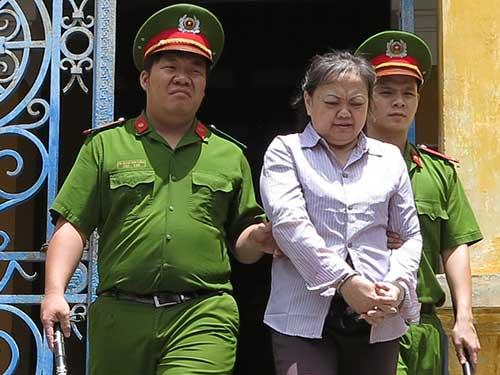 hang chuc phu nu sap bay lua vi sinh chong ngoai - 2