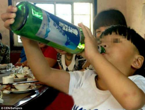 soc voi be trai 2 tuoi uong ruou bia thay sua - 1