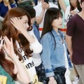 Làng sao - Taeyeon (SNSD) được che chắn tại sân bay