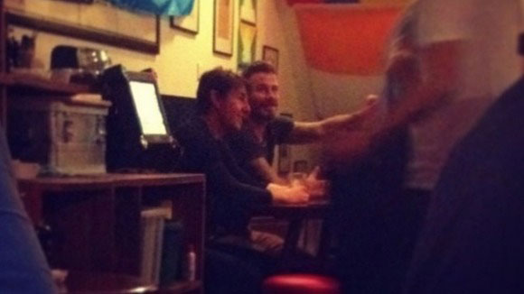 tom cruise va beckham ru nhau di bar - 1
