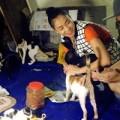 Làng sao - Thu Minh giản dị đi thăm cụ bà cưu mang chó, mèo