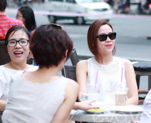 luu huong giang an mac sanh dieu di uong cafe - 10