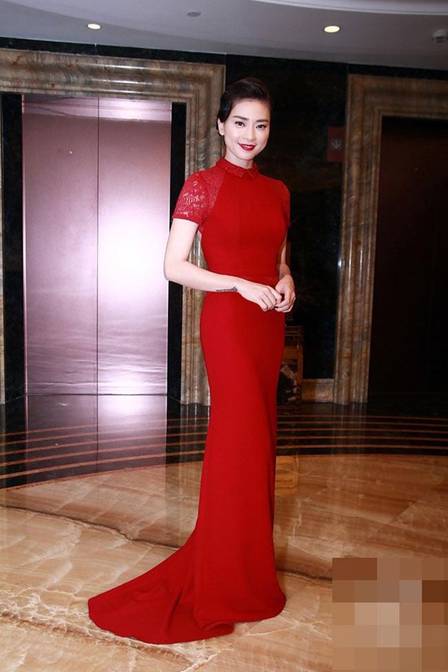 Ngô Thanh Vân đẹp quyền quý trong chiếc váy đỏ ngắn tay, ôm sát và kín đáo
