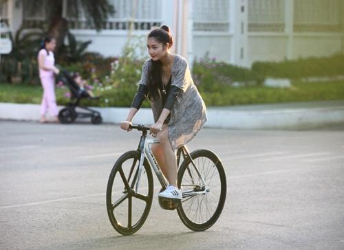 Triệu Thị Hà bỏ xế hộp khoe dáng với xe đạp-1