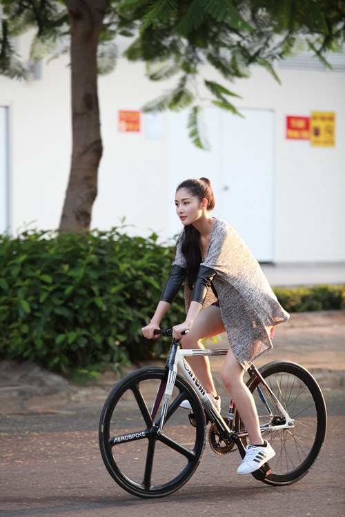 Triệu Thị Hà bỏ xế hộp khoe dáng với xe đạp-3