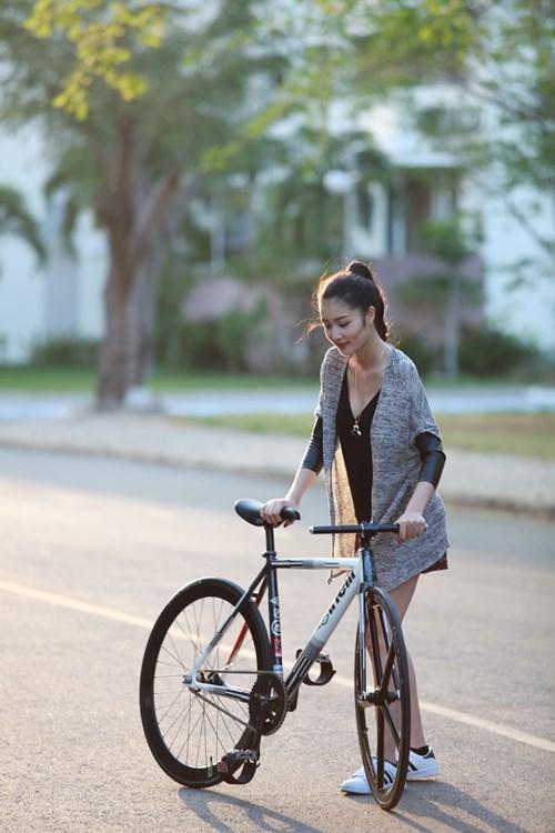 Triệu Thị Hà bỏ xế hộp khoe dáng với xe đạp-4