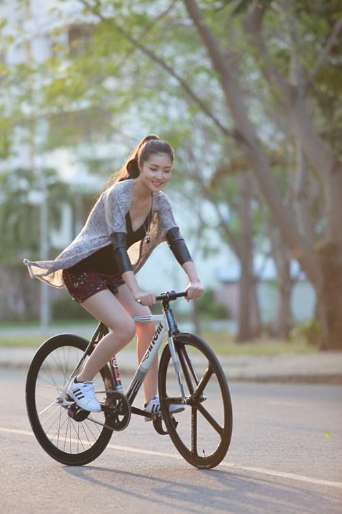 Triệu Thị Hà bỏ xế hộp khoe dáng với xe đạp-5