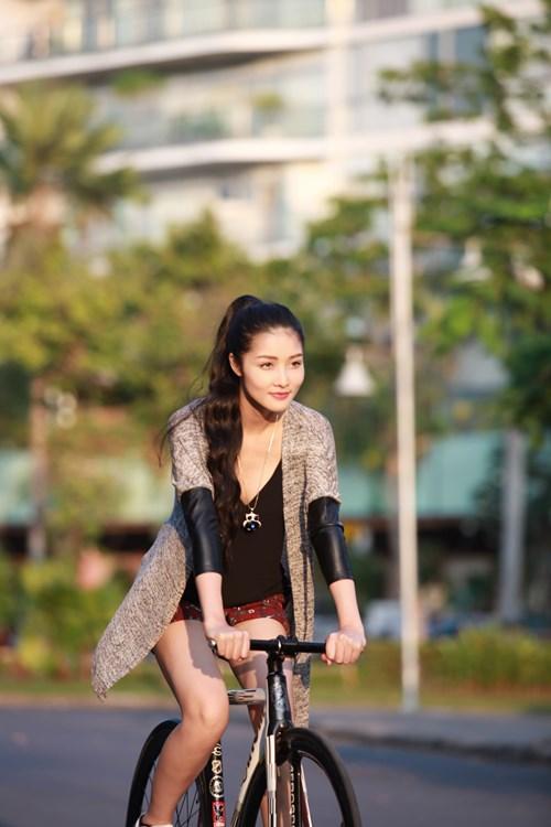 Triệu Thị Hà bỏ xế hộp khoe dáng với xe đạp-6