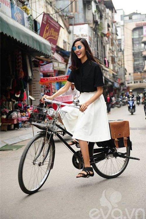 Triệu Thị Hà bỏ xế hộp khoe dáng với xe đạp-13