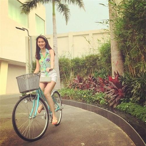 Triệu Thị Hà bỏ xế hộp khoe dáng với xe đạp-14