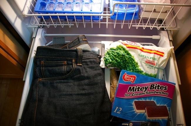 Giặt quần bò thường xuyên sẽ làm hỏng và phai màu nhanh hơn. Để hạn chế giặt giũ, cho quần bò vào tủ lạnh qua đêm sẽ làm bớt mùi hôi của quần.