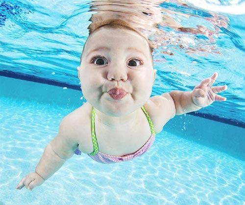 Bộ ảnh các bé ngụp lặn dưới nước cực đáng yêu-10