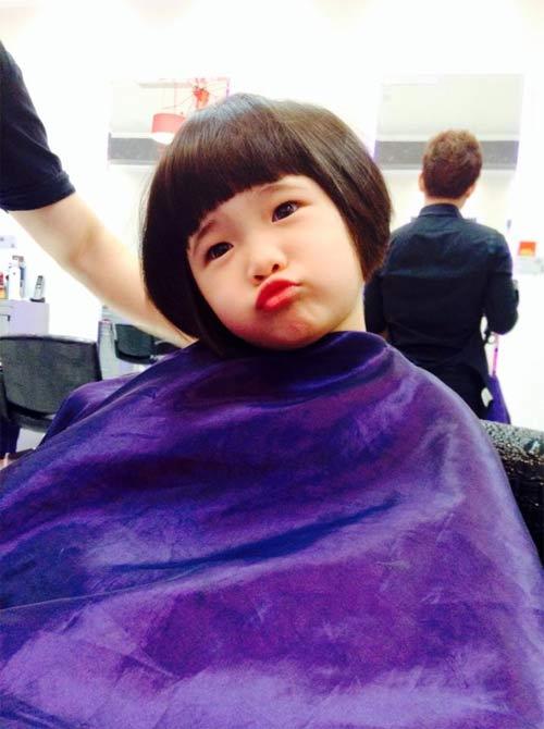 Con gái Thuý Nga đang cắt tóc vẫn