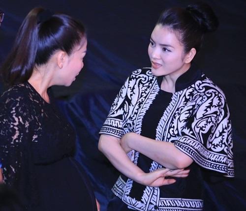 Lý Nhã Kỳ ân cần hỏi thăm 'bà bầu' Thu Minh-2