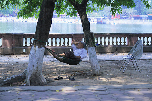 Người dân vạ vật giữa trưa hè nắng gắt-9