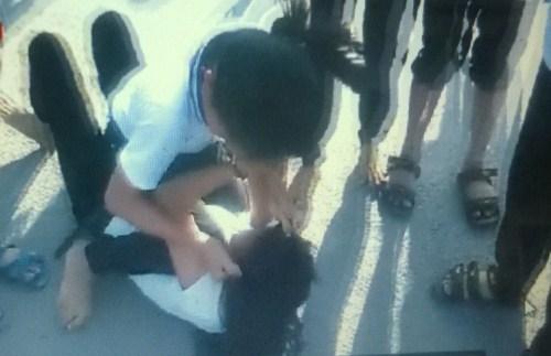 Học trò cổ vũ, quay clip 2 nữ sinh đánh nhau-1
